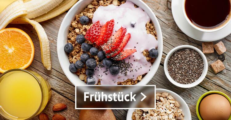 Bio Fruehstueck mit Müsli in der Schüssel und Joghurt