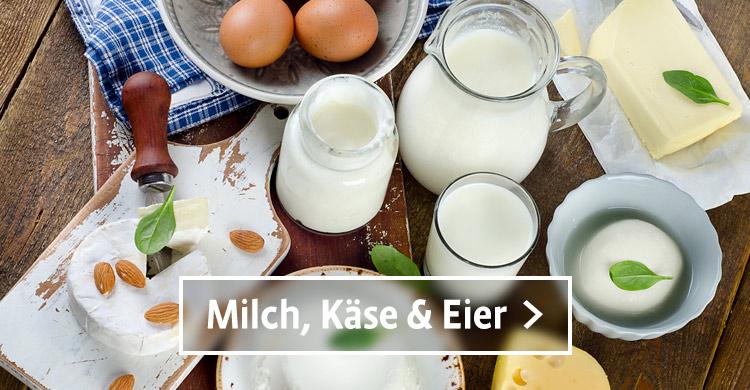 Milch, Kaese und Eier auf einem gedeckten Tisch