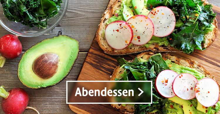 Bio Abendessen, zwei Brote geschmiert mit Avocado und Radieschen