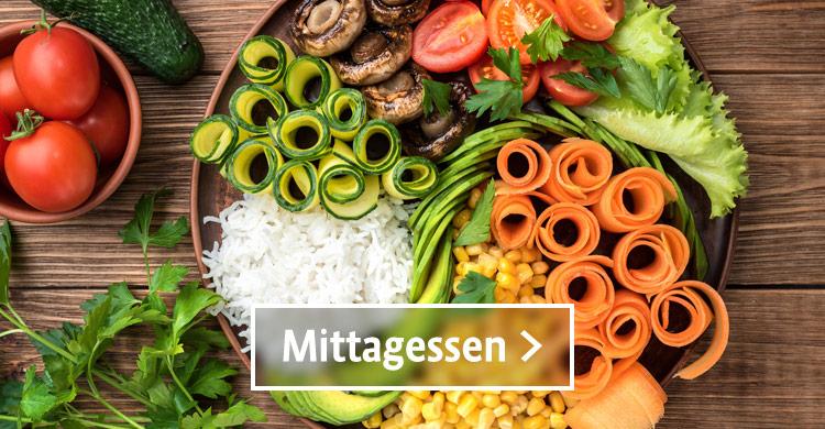 Bio Mittagessen, eine Buddha Bowl mit frischem Gemuese und Reis