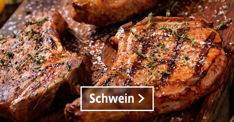 Schweinefleisch gebraten mit Thymian und groben Salz auf einem Holzbrett